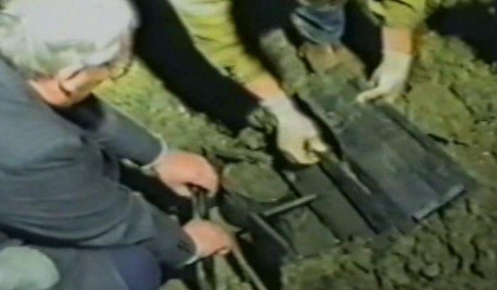 Обнаружен ящик, в котором летом 1980 г. группой А. Авдодина были возвращены, извлеченные в 1979 г. из обнаруженного ими массового захоронения, черепа трех человек