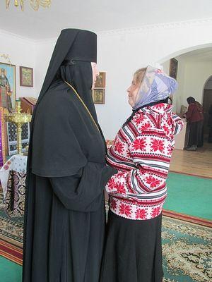 Игумения Митрофания с прихожанкой монастыря