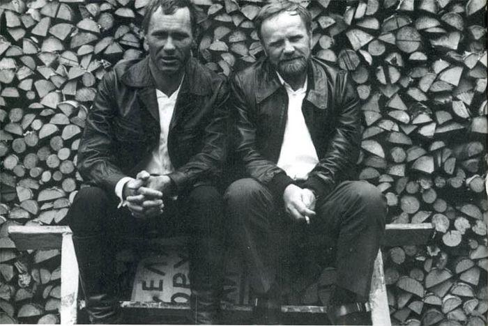 Василий Шукшин с Васиием Беловым. Белозёрск, 1973. Фото И. Гневашева
