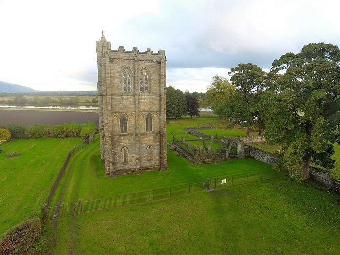 Колокольня и руины аббатства Камбускеннет в Шотландии