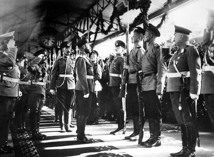 Император Николай II на перроне железнодорожного вокзала обходит строй почетного караула по прибытии в Москву. 1910 год. Фото: ИТАР-ТАСС