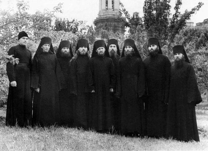 Киево-Печерская послевоенная братия. Третий справа – иеродиакон Игнатий