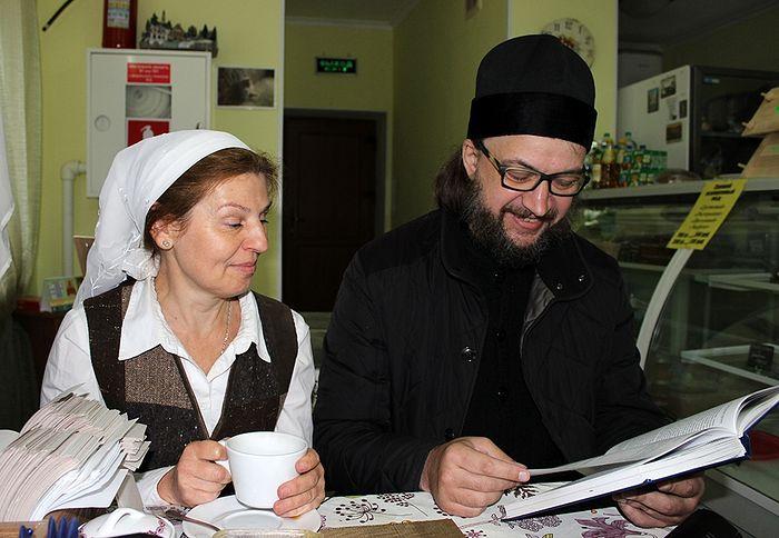 Отец Аверкий и Иоанна Казанская читают письма владыки Германа в монастырском кафе