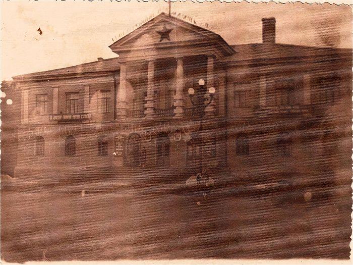 Здание управления Карлага в поселке Долинка. Фото с сайта shahtinsklib.kz и из архива Музея памяти жертв политических репрессий
