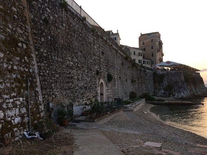 Венецианская крепостная стена с входом в пещеру-параклис