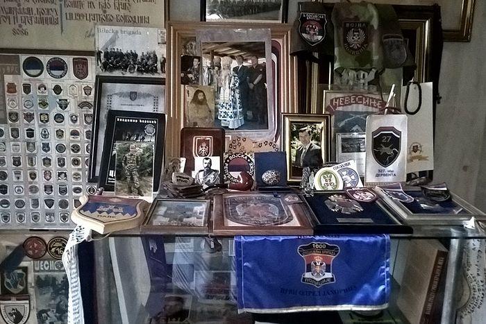Внутри часовни — знаки уважения и признательности сербов павшим соотечественникам
