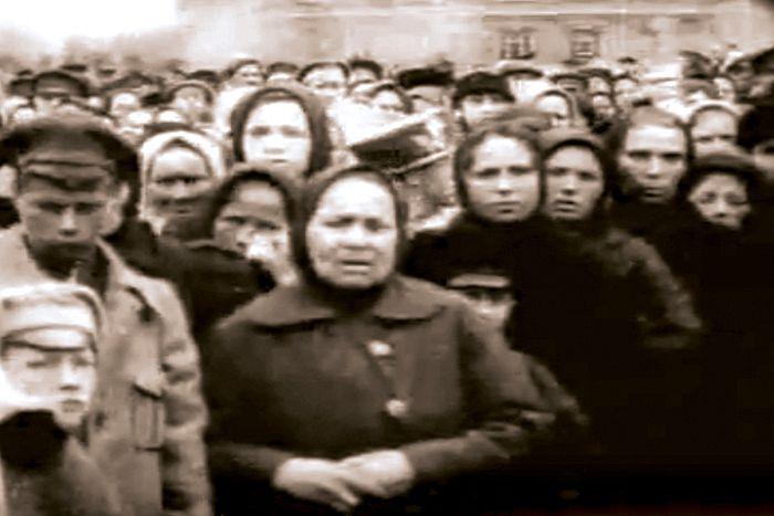 Вскрытие мощей Преподобного Сергия, кадр из фильма
