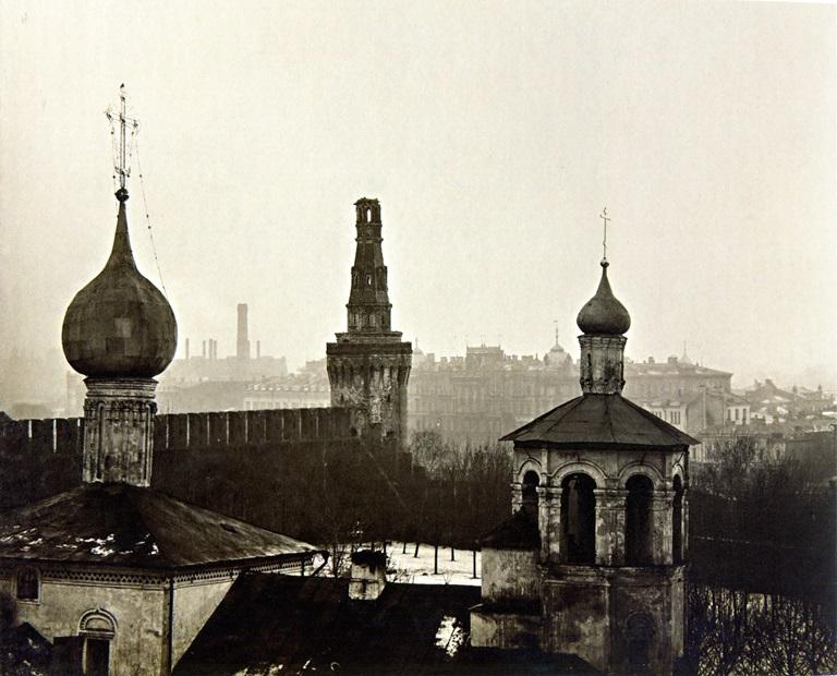 Москва, Кремль, 1917 год. С Беклемишевской башни снарядом сбито завершение. На переднем плане - церковь Константина и Елены, которую снесут в 1928 году