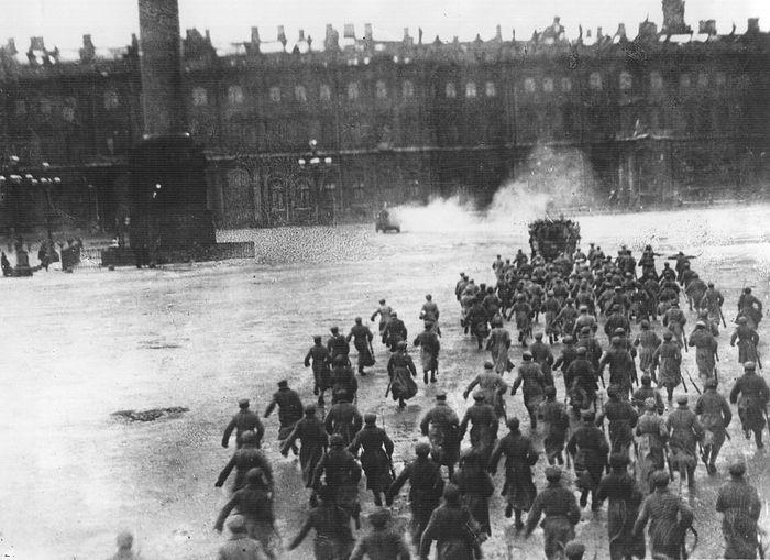 Постановка сцены штурма Зимнего дворца для съемок фильма С. Эйзенштейна «Октябрь»