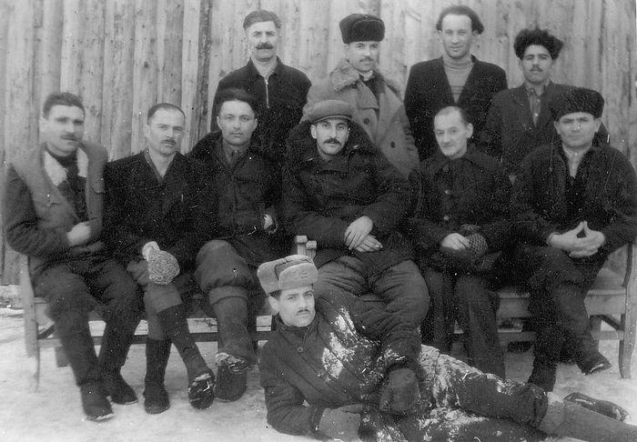 Лагерь в Инте. Второй справа во втором ряду – Михаил Николаевич Чавчавадзе, отец Зураба Михайловича