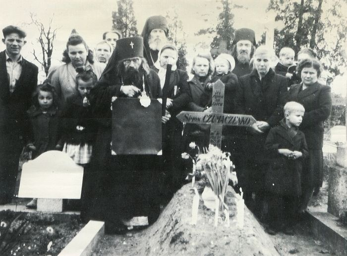 Владыка Иоанн на могиле бывшего царского Георгиевского кавалера и корниловца. Девочка справа от него за спиной - Елена Тихонович, будущая монахиня Феодосия