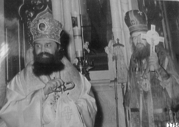 Епископ Женевский Антоний (Бартошевич) (слева) после своей хиротонии собором архиереев во главе с архиепископом Западно-Европейским Иоанном (Максимовичем) (справа). Женева, 1957 год