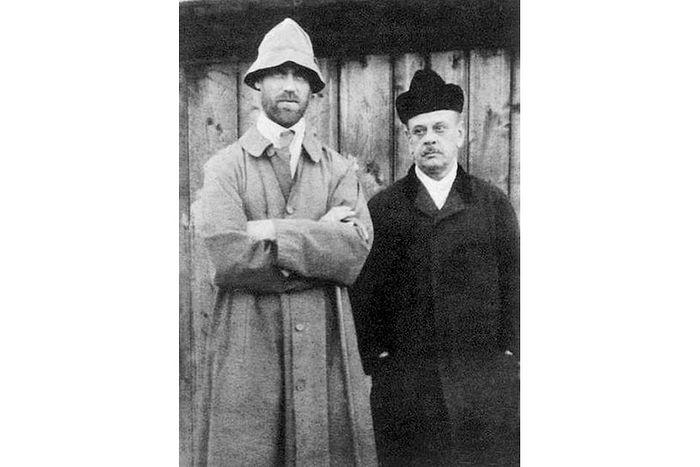 Михаил Александрович Романов (слева) и Николай Николаевич Джонсон