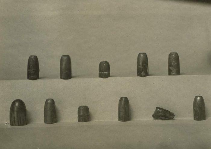 Пули из дома Ипатьева, обнаруженные в «расстрельной комнате» в 1918 году. Фотография из следственного дела Соколова