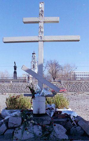 Крест на том месте, где ныне находится Храм-на-Крови. Снимок сделан в 1992 году