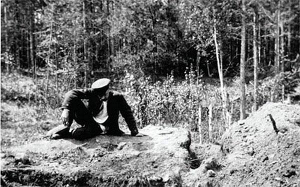 Следователь Н.А. Соколов у Ганиной ямы. 1919 г.