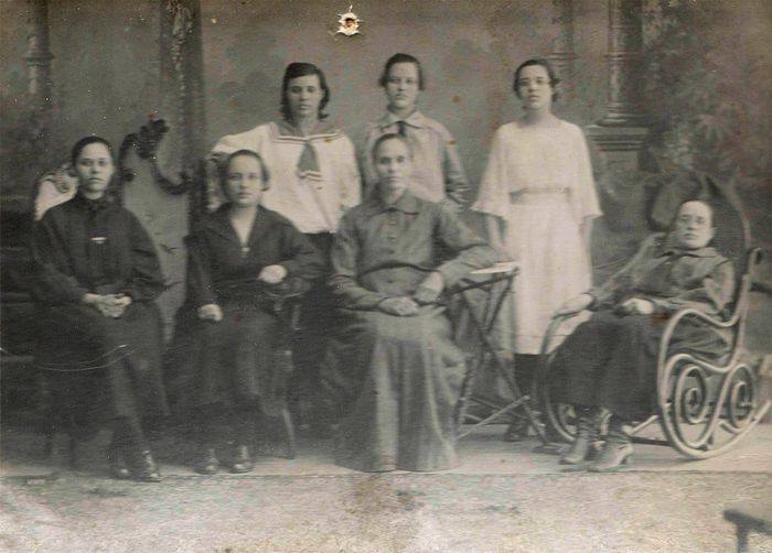 Семья Ивановых (в центре мама – Елизавета Алексеевна)