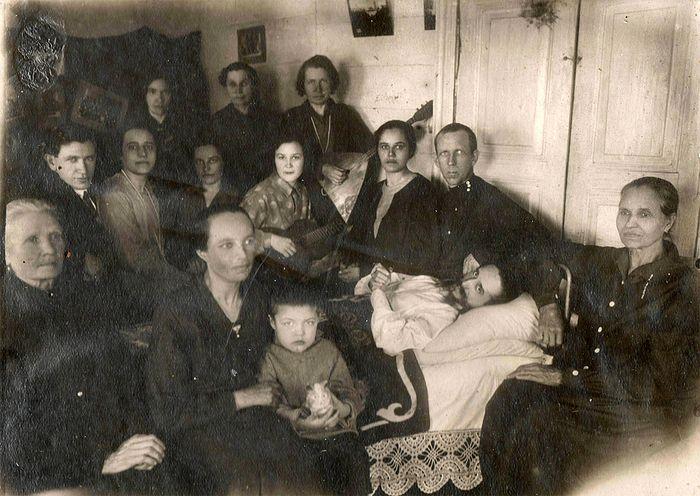 В доме Ивановых всегда было много гостей (в центре мученик Федор Тобольский).