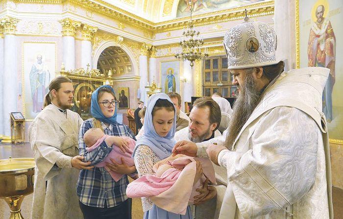 Собор Всемилостивого Спаса (Староярмарочный) в Нижнем Новгороде. По сложившейся традиции, Владыка Георгий крестит детей, родившихся в многодетных семьях