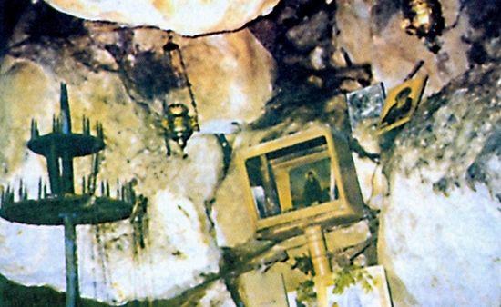 Внутри аскитирия монастыря преподобного Давида Эвбейского. Стоять в полный рост невозможно