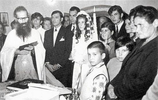 Отец Иаков совершает таинство венчания в деревне Каламуви в 1972 году