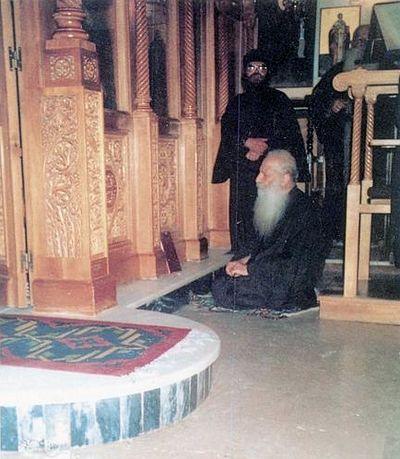 Отец Иаков молится коленопреклоненно во время Божественной Литургии