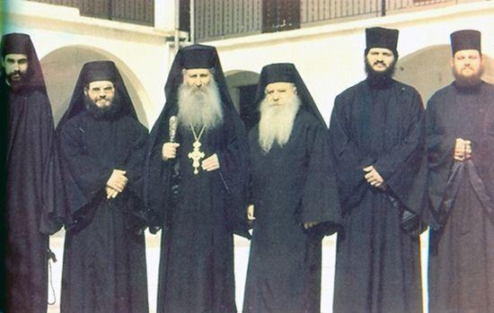 Игумен Иаков (Цаликис) (в центре с посохом и крестом) с братией монастыря преподобного Давида Эвбейского