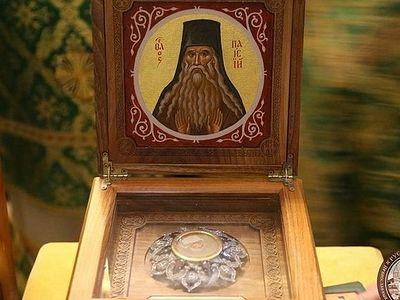 Десятки тысяч верующих поклонились принесенным в Киево-Печерскую Лавру мощам и посоху прп. Паисия Величковского