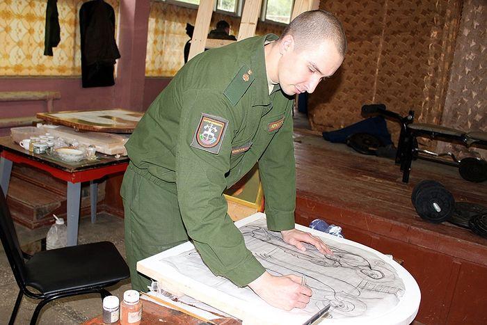 Александр Архипов работает над прорисью икон
