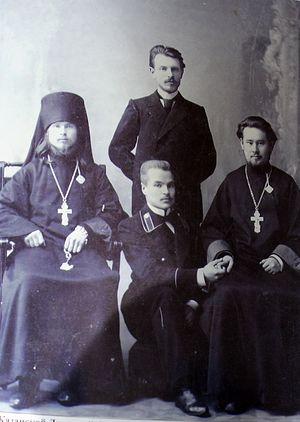 Студент Казанской духовной академии Н.С. Ряшенцев (священномученик Герман) с ее выпускниками. Фото из архива игумена Варнавы (Столбикова)