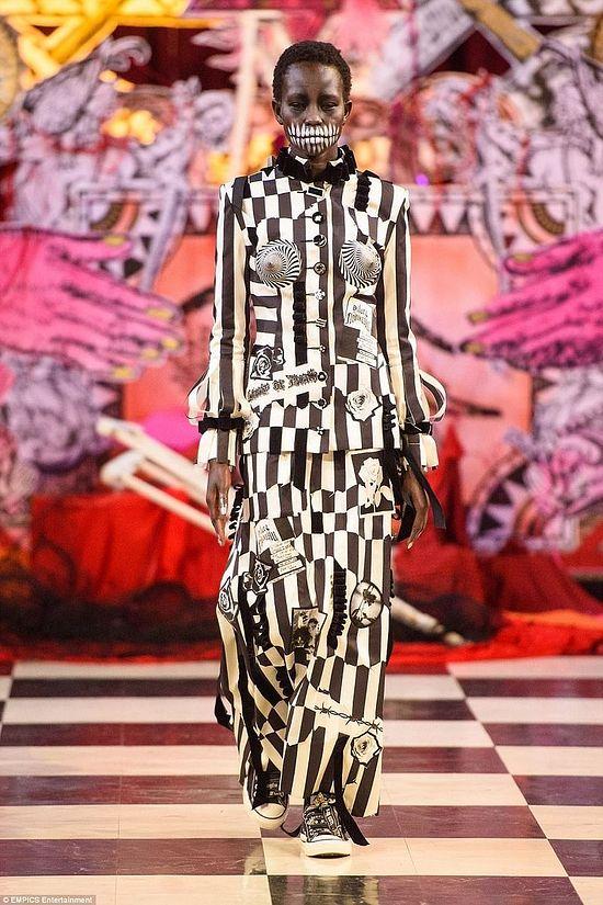 Это платье прекрасно иллюстрирует тайную концепцию дуализма у масонов (еще один пример – упомянутый выше пол в виде шахматной доски)