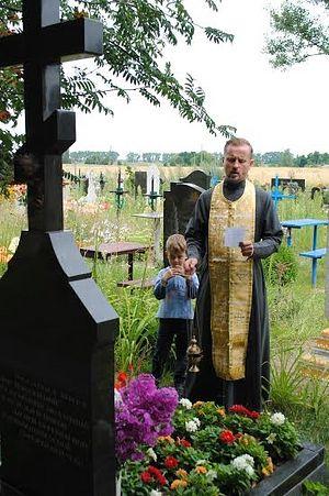У могилы сына Марка