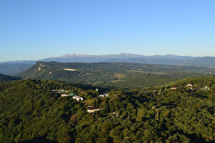 Вид на обитель с горы Физиабго. Фото: Архив Свято-Михайло-Афонского монастыря