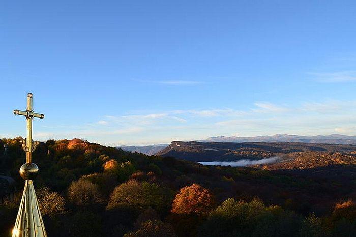 Вид с горы Фавор, где построен небольшой храм взамен взорванного Преображенского. Фото: Архив Свято-Михайло-Афонского монастыря