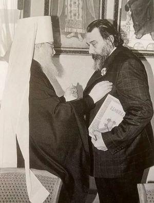 Митрополит Смоленский и Калининградский Кирилл (ныне — Святейший Патриарх) вручает Владимиру Маторину орден святого благоверного князя Даниила Московского. 1998