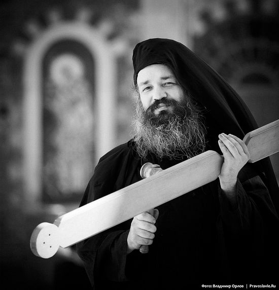 Отец Феодох созывает стуком в било братию и паломников на вечернюю службу.
