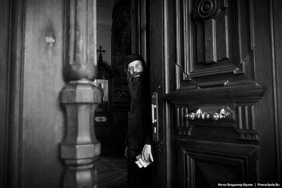 Отец Филофей встречает паломников на входе в Андреевский собор.