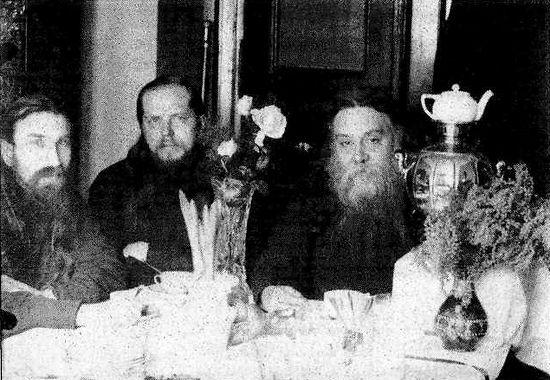Владыка Сергий (справа), игумен Исаакий (в центре), 1933 г.