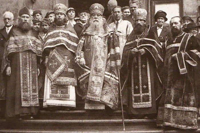 Владыка Сергий в центре, слева архимандрит Исаакий (Виноградов) у храма святителя Николая в Праге, 1940 год