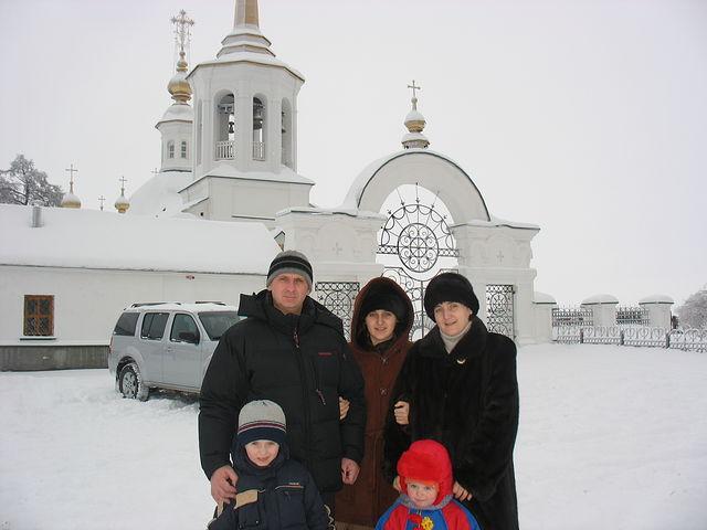 Бойковы возле храма Рождества Богородицы в Березово