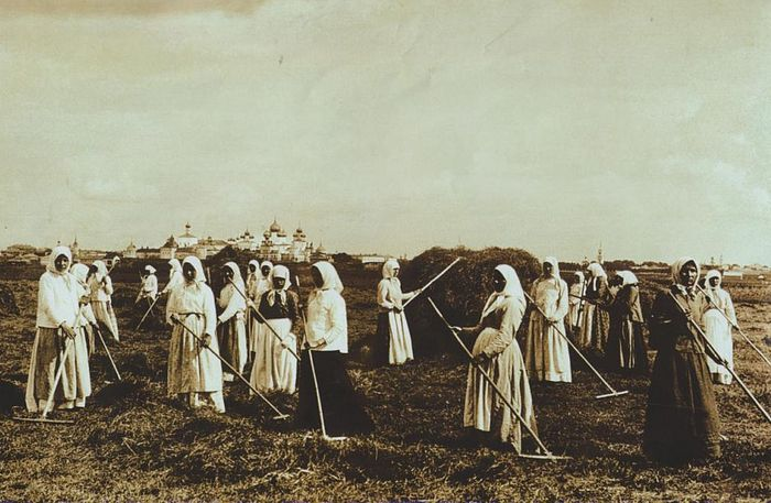 Convent sisters haymaking, the early twentieth century.
