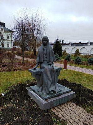 Памятник Елизавете Фёдоровне возле Спасского храма