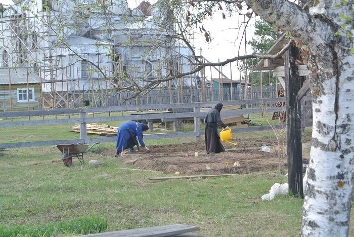 Working in the garden. Photo: Sura-monastery.ru.