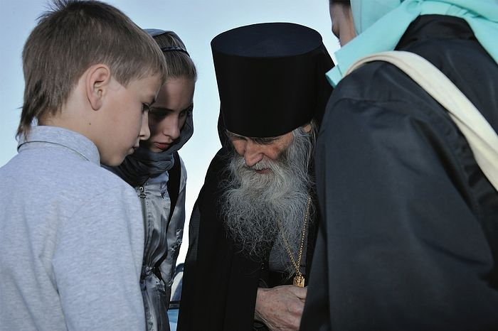 Schema-Archimandrite Iliy and some children. Photo: Alexei Loven