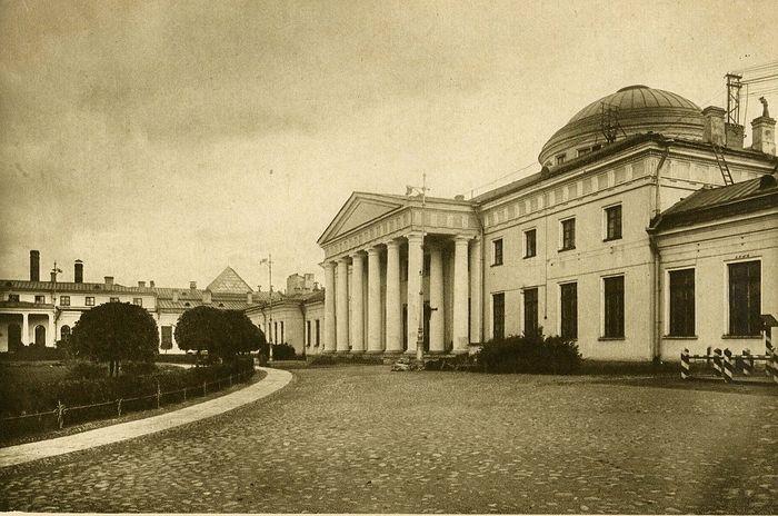 Таврический дворец в Санкт-Петербурге (Петрограде) на ул. Шпалерной. Место первого и последнего заседания Учредительного собрания 5 (18) января – 6 (19) января 1918 года.