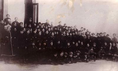 Вооруженная охрана Таврического дворца. В правой стороне снимка – начальник караула А. Г. Железняков. 1917 год.