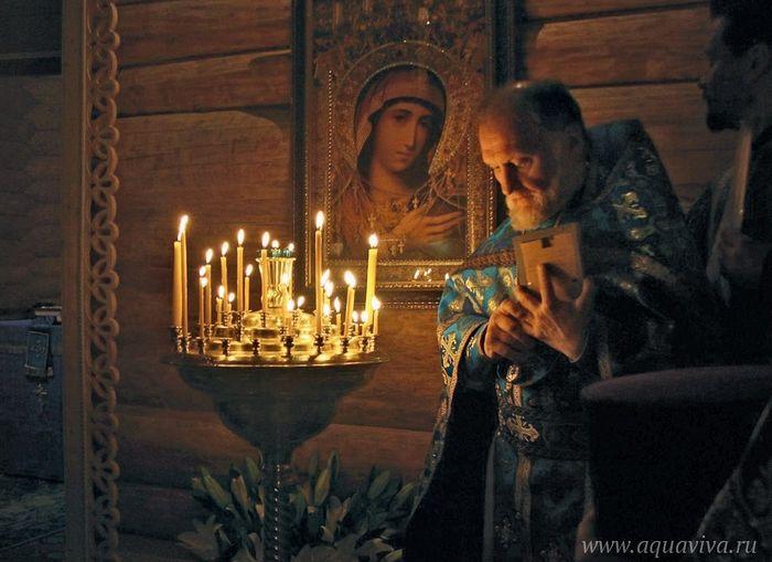 Отец Борис во время молебна перед главной святыней кузьмоловского храма — иконой Божией Матери «Скоропослушница». 2016 год