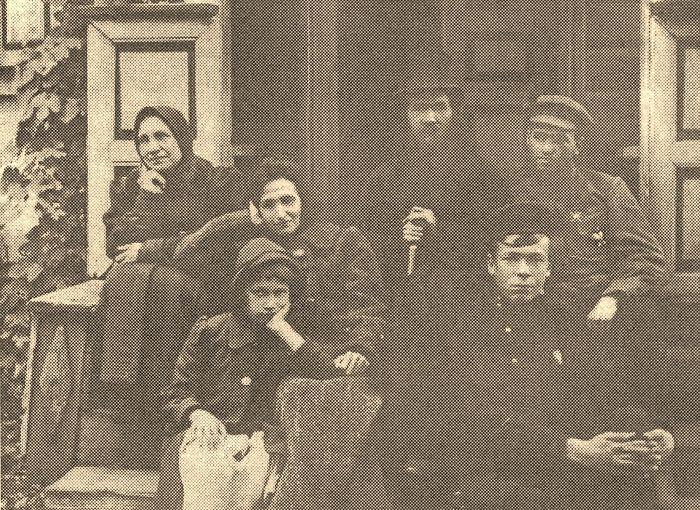 Протоиерей Александр Русанович с семьей на пороге отчего дома в с. Гоголеве