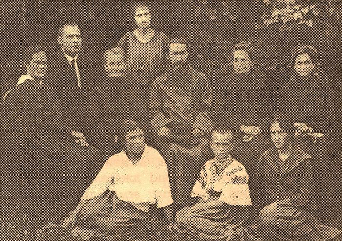 В центре родной брат о. Иоанна о. Александр Русанович, второй слева – сын о. Александра и племянник о. Иоанна Д.А. Русанович, расстрелянный 26 мая 1938 г.