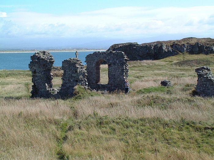 Руины церкви св. Двинвены на острове Инис-Лланддвин, Уэльс